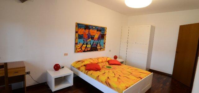 Lo spazio riservato agli ospiti è composto da 3 camere da letto e 2 bagni e può essere affittato per intero oppure a camere. Nell'appartamento è disponibile una nuovissima cucina-soggiorno, luminosa ed accogliente. L'appartamente è situato in una zona residenziale...